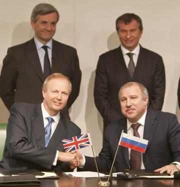 Слева направо: глава BP Роберт Дадли и руководитель «Роснефти» Эдуард Худайнатов. Справа во втором ряду — «мотор» сделки Игорь Сечин