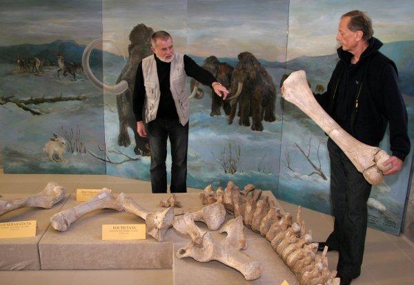 """Мы с писателем Сергеем Алексеевым (""""Сокровища Валькирии"""") в Костёнках. У меня в руках кость мамонта."""