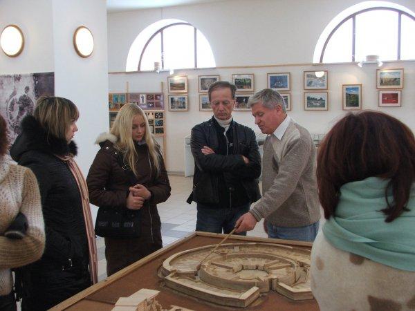 Археолог, профессор Геннадий Зданович знакомит с планом раскопок Аркаима. Слева от меня - моя дочь Лена.