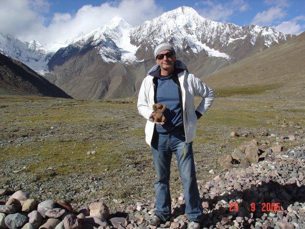 Верный спутник всех моих путешествий - мишка гималайский. Повидал Гималаи, Титикаку, Мачу-Пикчу, Наску, Теотиуакан, Стоунхендж, Триполье, Костёнки, Аркаим. И лично обследовал петроглифы Онежского озера.