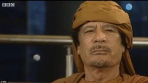 Крепкие узы. Лондонская Школа Экономики яростно пытается порвать свои связи с режимом Кадаффи в качестве диктатора,показанного здесь обращающимся к своему народу, все глубже погружается в отрицание.