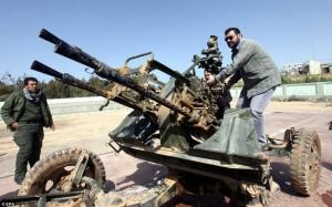 """Ливийский гражданский обучается как использовать  противовоздушную пушку в Бенгази, Ливия, вчера после того как Лидер начал силовое решение """"проблемы""""."""